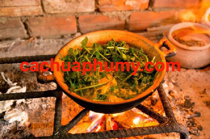 Cá chua nấu đọt rau rừng